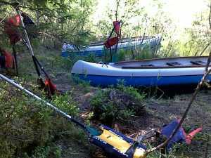 kanootit_rannalla